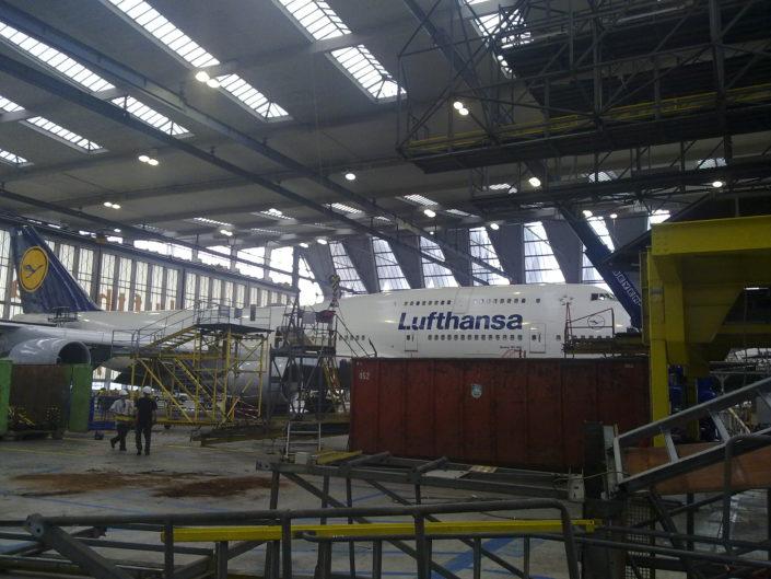 Demontage von Flugzeuginstandhaltungsgerüst bei der Lufthansa in Frankfurt